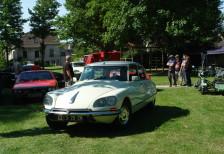 Rassemblement de voitures et motos anciennes